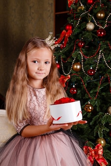 Una bambina carina in un vestito che si prepara per il nuovo anno. in attesa della festa,