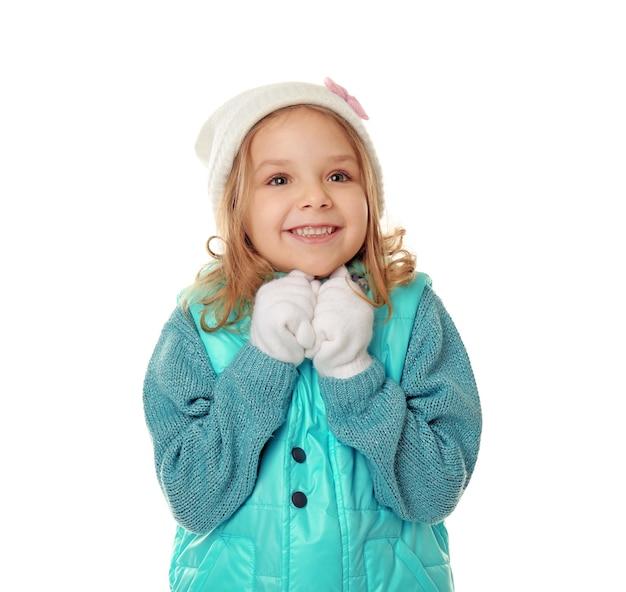 Bambina carina con vestiti caldi sullo sfondo