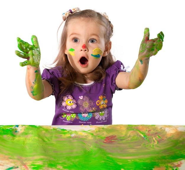 Bambina carina con mani dipinte colorate su sfondo
