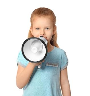 Bambina sveglia con il megafono su bianco