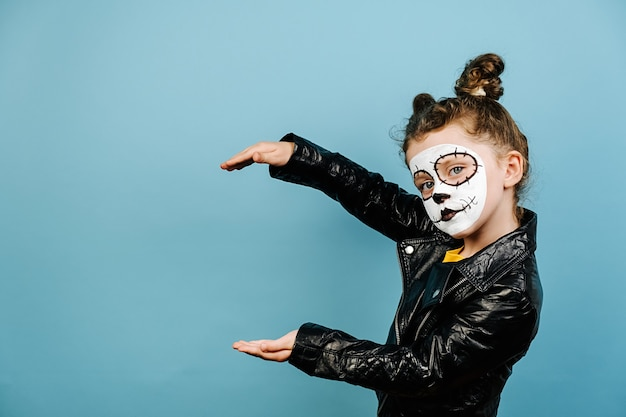 Bambina sveglia con trucco spaventoso per halloween