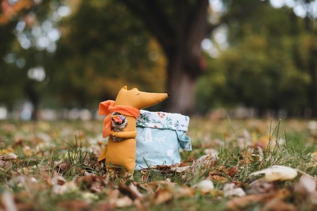 Simpatico giocattolo di volpe fatto a mano nel giardino autunnale