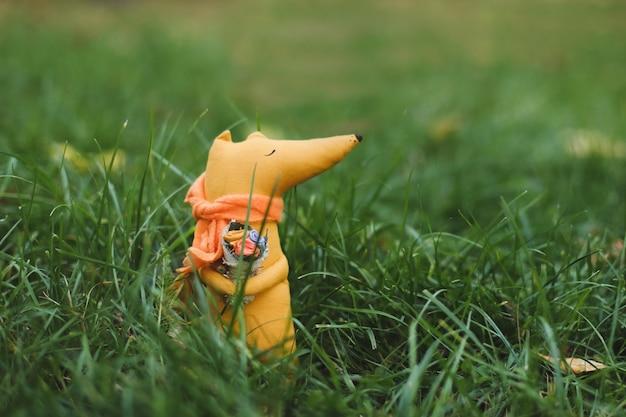 Simpatica volpe giocattolo fatta a mano in erba verde