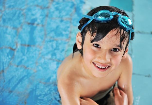 Carino piccolo bambino in piscina