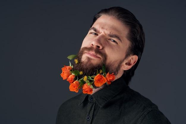 Uomo sveglio che decora nel regalo di romanticismo dei fiori della città. foto di alta qualità