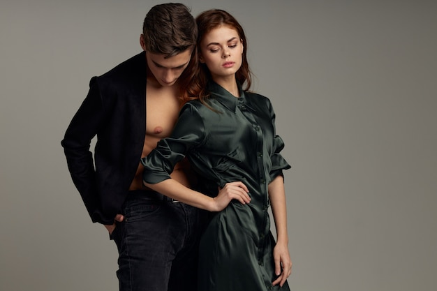 Lo stile di vita di studio di uomini e donne carino abbraccia la moda della passione