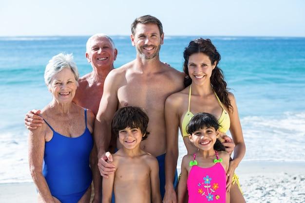 Famiglia carina a più generazioni in posa sulla spiaggia