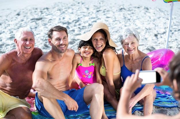 Famiglia carina a più generazioni di scattare una foto