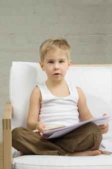Ragazzo carino bambino in età prescolare disegnare