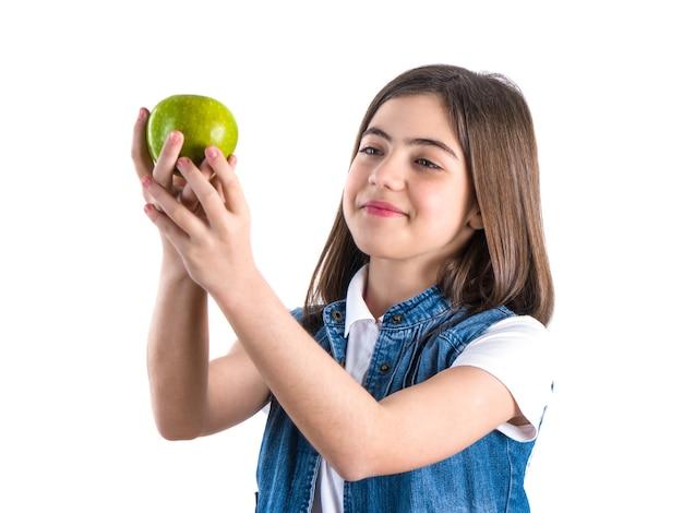Studentessa carina con la mela su bianco