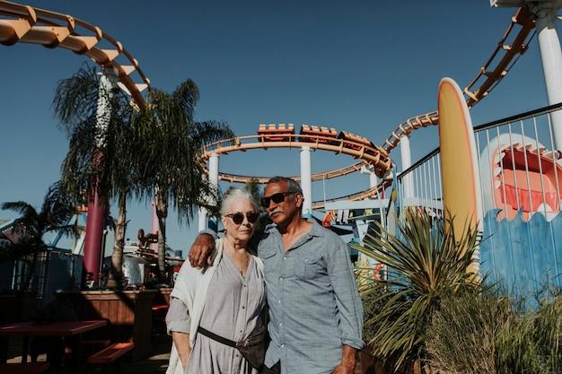 Bella coppia di anziani in un parco di divertimenti