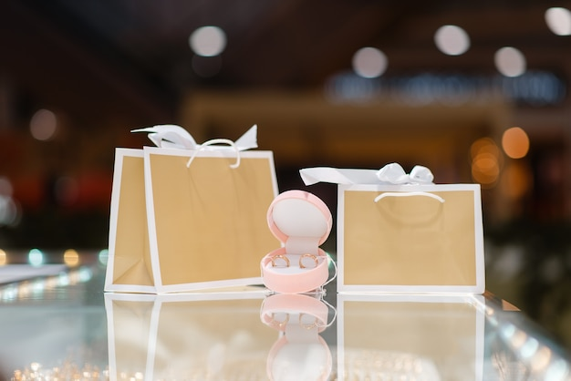 Sacchetti della spesa carino in vetrina in gioielleria