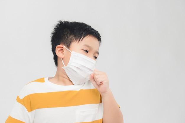 Simpatico ragazzo malato in una maschera