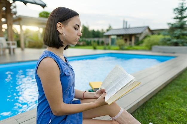 Libro di lettura sveglio della ragazza dello studente