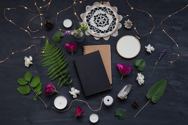 Simpatico ed elegante modello di branding con fiori selvatici. foto vista dall'alto piatta di un layout femminile.