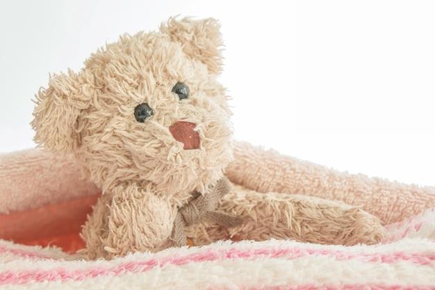 Il gioco dell'orsacchiotto sveglio si nasconde e cerca con il tessuto, concetto felice di tatto.