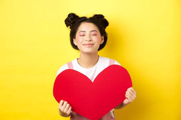 Ragazza asiatica adolescente sveglia che sogna del vero amore