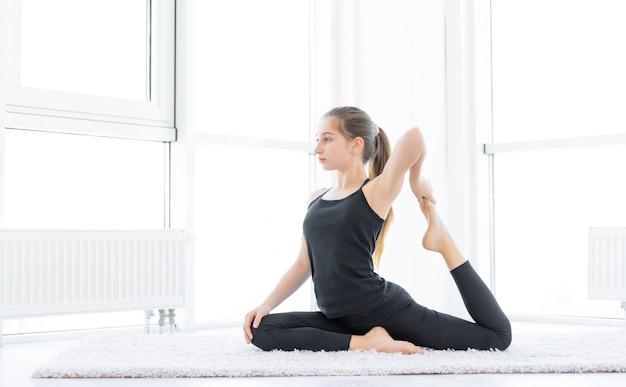 Adolescente carina che fa esercizi fisici a casa
