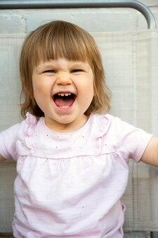 Bambino carino, bambino sorridente. bella bambina che si diverte.