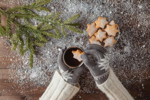 Tazza sveglia della bevanda della donna di cacao con i biscotti
