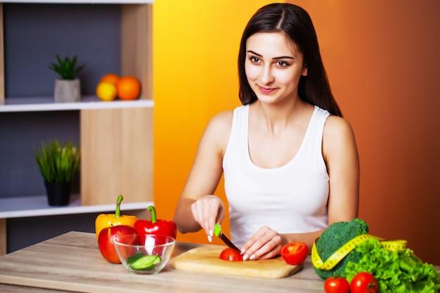 Donna carina con verdure fresche e frutta che conduce uno stile di vita sano