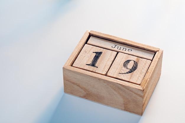Calendario di blocchi di legno carino con juneteenth national independence day 19 giugno data.