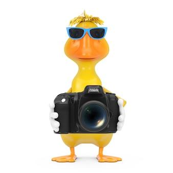 Mascotte gialla sveglia del carattere della persona dell'anatra del fumetto con la macchina fotografica moderna della foto di digital su un fondo bianco. rendering 3d
