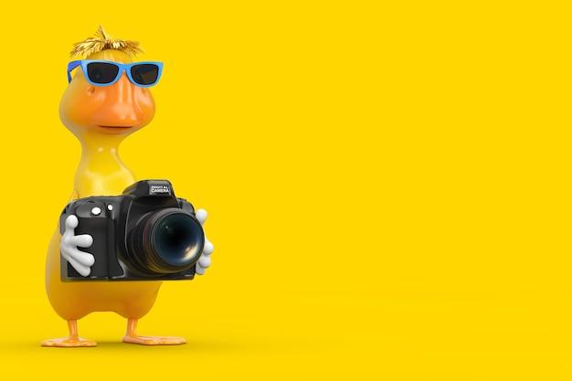 Simpatico cartone animato giallo personaggio personaggio mascotte anatra con fotocamera digitale moderna su sfondo giallo. rendering 3d