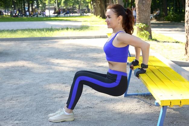 Carina giovane donna atletica facendo ginnastica sulle sue mani