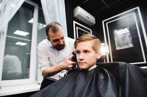Un ragazzo carino ottenere un taglio di capelli