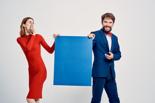 Carino giovane coppia pubblicità cartellone copia spazio studio