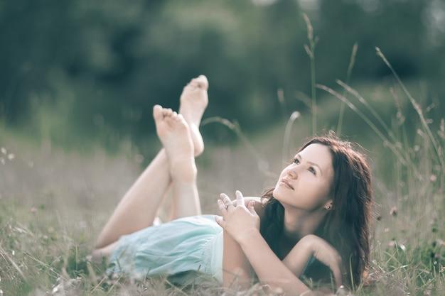 Carina giovane donna che gode di una calda giornata estiva. foto con copia spazio