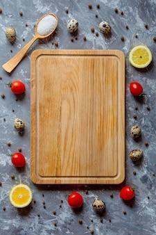 Tagliere che cucina lo spazio della copia della disposizione delle spezie delle verdure Foto Premium