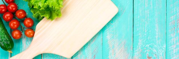 Tagliere su un tavolo in legno d'epoca Foto Premium