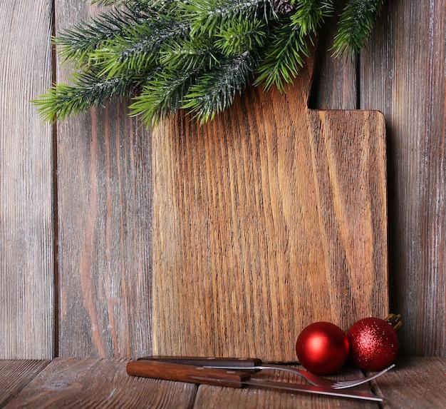 Tagliere con decoro natalizio su assi di legno