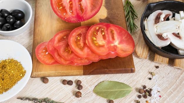 Tagliere con ingredienti alimentari per cucinare piatti culinari