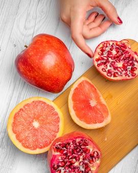 Tagliere con frutta rossa fresca