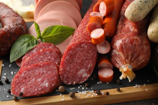 Tagliere con la salsiccia e la spezia, fine in su