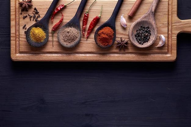 Tagliere con spezie ed erbe per cucinare la carne.