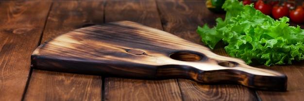 Tagliere su un tavolo di legno