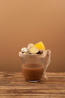 Chai di taglio o chai di taglio di mumbai in vetro, tè indiano tradizionale delle strade.