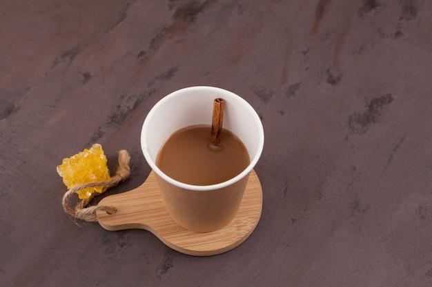 Cutting chai o mumbai cutting chai - popolare tè indiano delle strade.