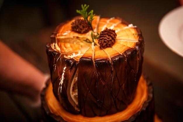 Taglio torta brownie al cioccolato