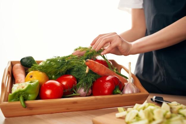 Tagliare le verdure fresche su un tagliere freschezza vitamine