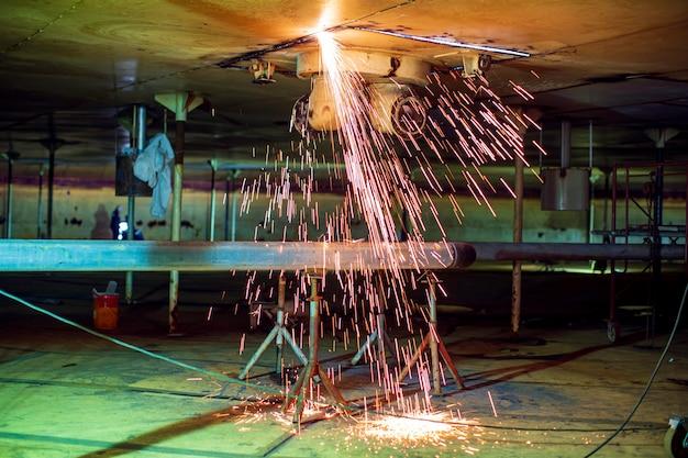 Il taglio del serbatoio di stoccaggio del tetto in acciaio genera scintille di calore confinate.