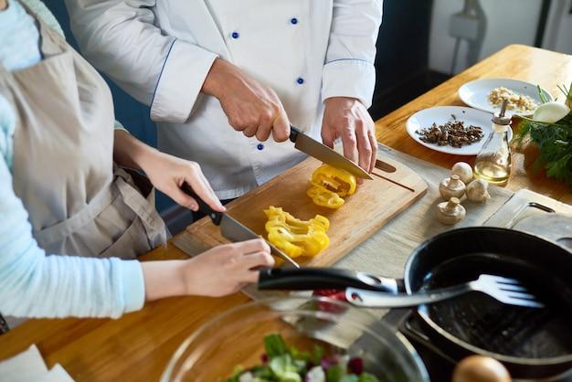 Tagliare le verdure per insalata