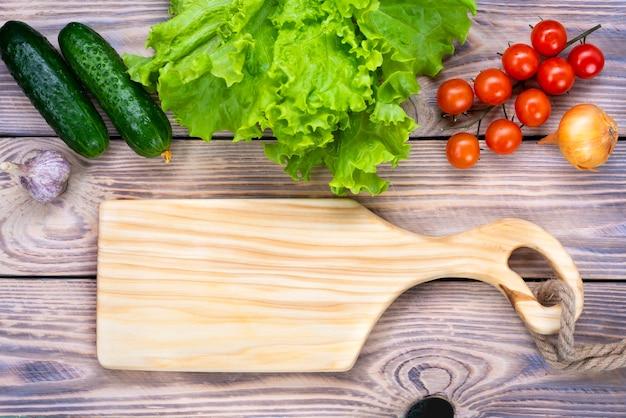 Tagliere di legno su un tavolo di legno