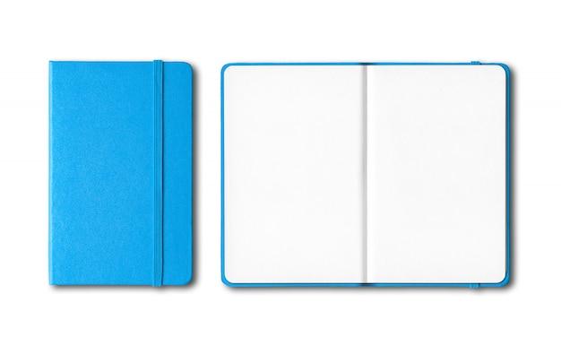 Taccuini chiusi e aperti blu ciano isolati su bianco