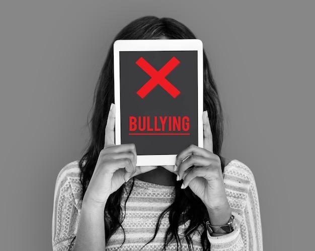 Cyberbullismo abuso molestie trolling