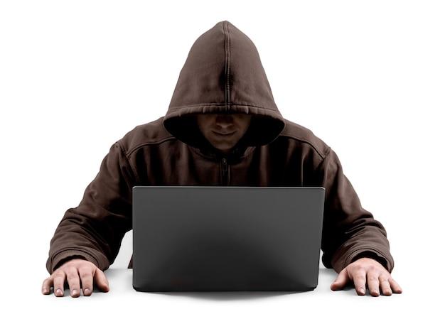 Hacker informatico che utilizza laptop sullo sfondo